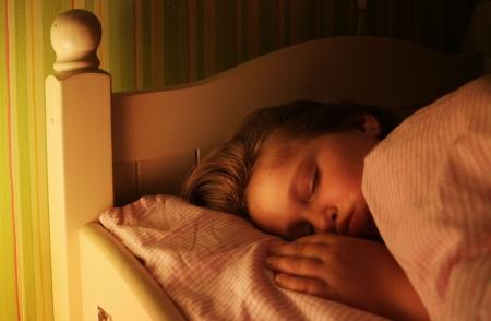 enfant qui dort: Petite fille dort bien dans son lit.