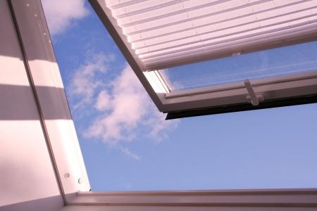 Fenêtre de toit ouvert avec obturateur et nuages Banque d'images - 5277746