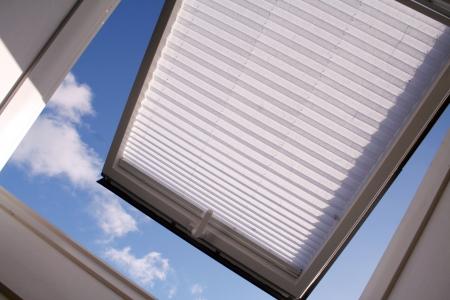 open dak raam met sluiter tijd en wolken