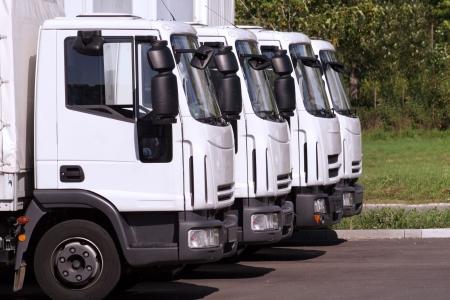 parked: vier vracht wagens van een vervoer onderneming in een rij  Stockfoto