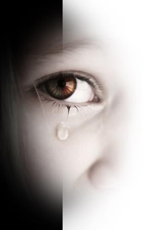 lagrimas: Ni�a triste con l�grimas en los ojos Foto de archivo