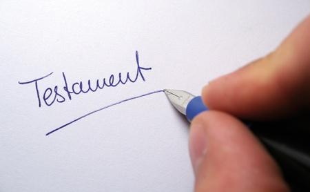 testament schreiben: Schreiben Sie den letzten Willen auf einem Papier Lizenzfreie Bilder