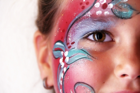 peinture visage: petite fille avec corps peint le visage de fleur