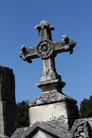 tumbas: Gran Cruz de una tumba en un cementerio viejo