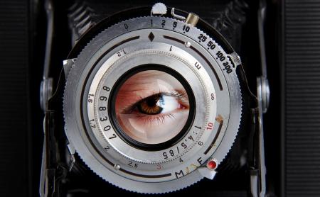 Ancien appareil photo avec effet yeux dans la lentille Banque d'images - 10569790