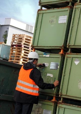 Travailleur scans de palettes et caisses dans l'entrepôt Banque d'images - 10603288