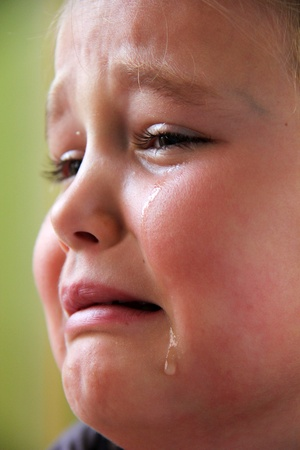 Petite fille triste avec des larmes dans les yeux