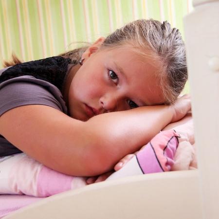tårar: Lite ledsen flicka med droppar i ögonen
