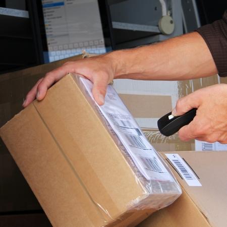 corriere: Consegna del pacco con pacco etichetta scansione di codici a barre