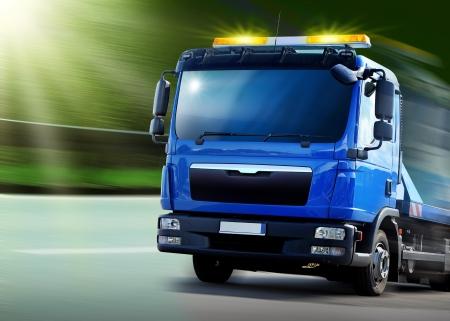 montacargas: Distribución de vehículos nuevos de color azul con luces de señal amarilla Foto de archivo