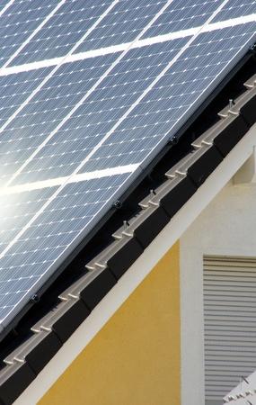 Housetop avec l'énergie solaire Banque d'images - 10822481