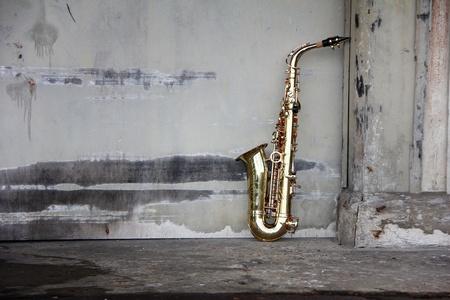 saxofon: viejo saxofón grungy con antiguo fondo retro Foto de archivo