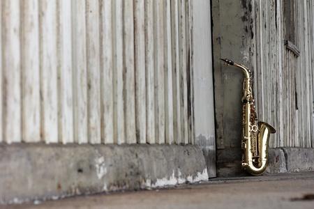 vieux saxophone grungy avec un fond rétro vieille