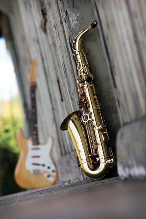 saxof�n: saxof�n viejo sucio con retro de fondo antiguo