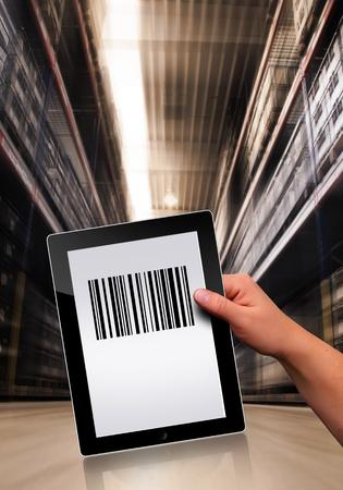 codigos de barra: trabajar con un PC de la tableta plana moderna Foto de archivo