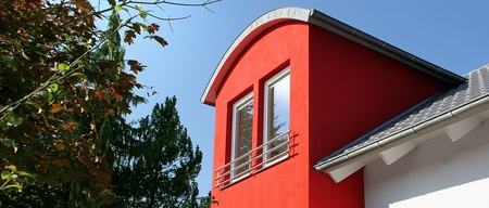 dormer: detalle de una casa con buhardilla moderna rojo Foto de archivo