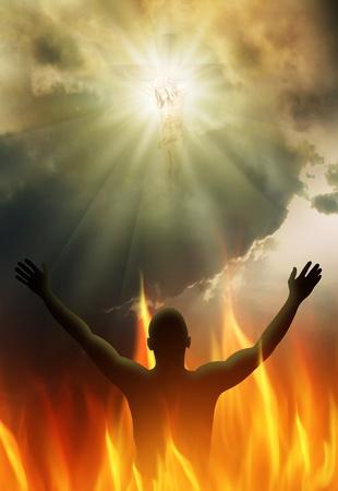 manos levantadas al cielo: Jesucristo en la cruz a la luz brillante
