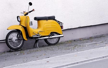 vespa piaggio: vecchio motorino giallo nel design look retr�