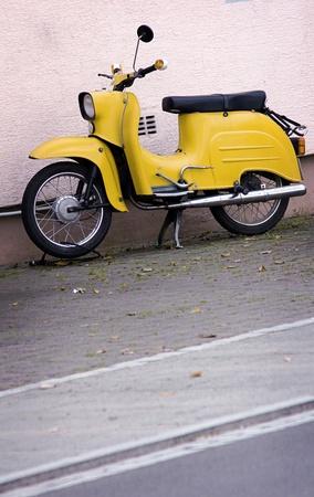 vespa piaggio: vecchio scooter giallo nel design look retrò