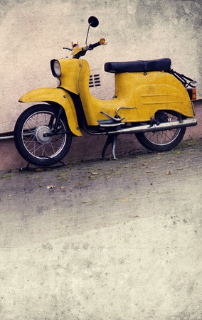 vespa: oude gele scooter in retro-design