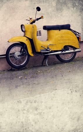 Vieille scooter jaune dans la conception look rétro Banque d'images - 11316108
