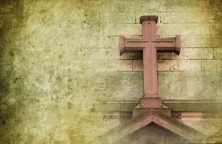 cruz religiosa: antigua cruz de piedra en la pared de dise�o retro con copyspace para el texto