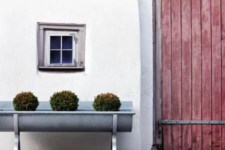 Ancienne fenêtre avec mur blanc et une porte à droite Banque d'images - 12862013