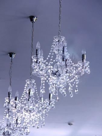 Des lustres au plafond d'une chambre de luxe Banque d'images - 13049272