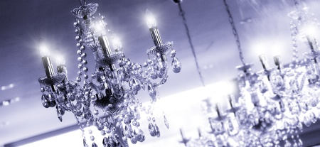 Des lustres au plafond d'une chambre de luxe Banque d'images - 13049256