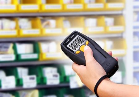 inventario: Ordenador port�til para la identificaci�n de escaneo de c�digo de barras inal�mbrico Foto de archivo