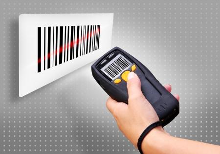 codigos de barra: Ordenador port�til para la identificaci�n de escaneo de c�digo de barras inal�mbrico Foto de archivo