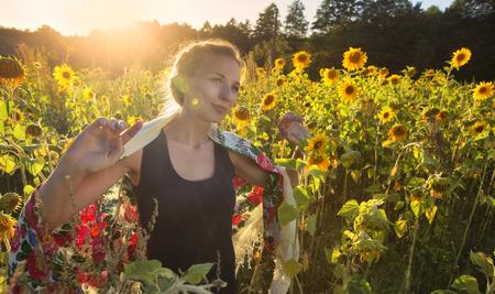 Sun flower: schönes Mädchen im Feld von Sonnenblumen Vintage-Filter