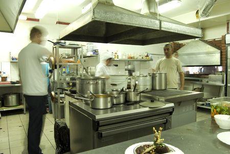 Cocina en el restaurante o Cantina con personal  Foto de archivo