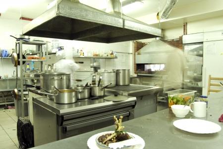 keuken restaurant: Keuken in restaurant of cafetaria met personeel