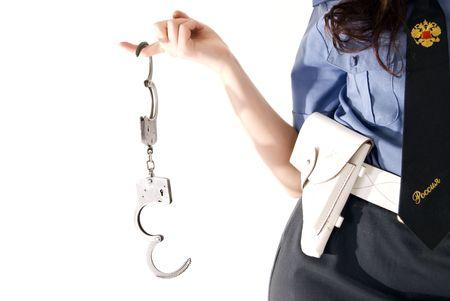 Una mujer joven en el uniforme polic�a de explotaci�n esposas Close-up