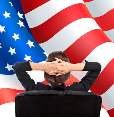 mujer de espaldas: Retrato de mujer linda empresa joven desde atr�s que se sienta contra la bandera americana