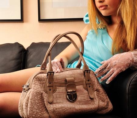 Retrato de joven mujer muy solo con su bolso de mano Foto de archivo