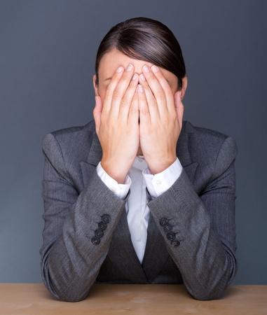 Retrato de mujer de negocios cansados ??con la palma de la cara Foto de archivo