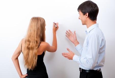 director de escuela: Primer plano de maestro de adultos con los estudiantes - explicando algo