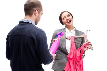 gifting: Retrato de hombre de negocios adulto y una mujer preparaci�n a la fiesta de la empresa. Hombre lindo regalar vino dressand a su colega.