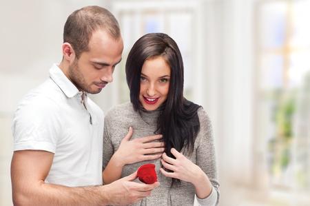 making love: Hombre joven que hace la propuesta de amor a una dama de su elecci�n en su casa