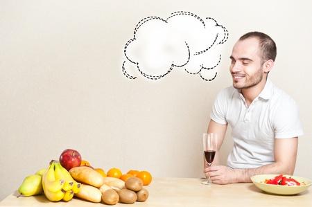 unmarried: Retrato de un hombre joven con una copa de vino mientras se cocina. copyspace Foto de archivo