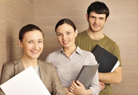 comité d entreprise: Portrait de trois employés de bureau. fond de bureau.