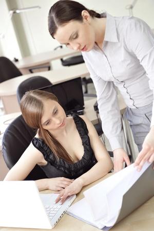 comité d entreprise: Portrait de deux femmes en revue fond de bureau de données