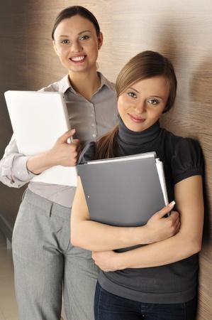 comité d entreprise: Portrait de deux femmes dans la salle. fond de bureau.