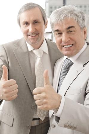 Portrait de deux hommes d'affaires qui approuvent. fond de bureau. Banque d'images - 27137033
