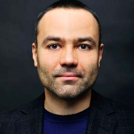 viso uomo: Primo piano immagine di un uomo di mezza età felice su sfondo scuro