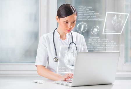 s�mbolo de la medicina: Muy femenina m�dico medicina trabaja con interfaz de la computadora moderna