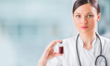 Retrato de la bella mujer auxiliar de laboratorio el an�lisis de una muestra de sangre en el hospital
