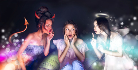 teufel und engel: Hübsche Frau, die zu Hause sitzen. Engel und Teufel reden o ihr versucht, sie durch ihre Seite zu bekommen. Sie zögert. Viel copyspace.